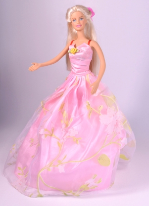 Das Bild zeigt Barbie, in all ihrer normschönen Pracht in einem rosafarbenen Ballkleid.