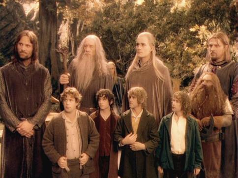 Das Bild zeigt die Gefährten aus Herr der Ringe (also Legolas der elb, Gimli der Zwerg, Gandalf der Zauberer, die Hobbits etc) Zwar verschiedene Rassen, aber doch alle männlich.