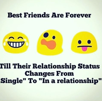 """Traurig aber wahr, mit der Liebe endet oft das soziale Leben. Das Bild zeigt drei Emoticons und darunter steht: Best Friends are forever. Till their relationship status changes from """"single"""" to """"in a relationship"""" (Beste Freunde sind fürimmer füreinander da, außer wenn eine:r der Beiden plötzlich in einer Beziehung ist)"""